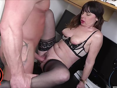 Horny broad Sara takes a cumshot to the mouth after sex with young old bean
